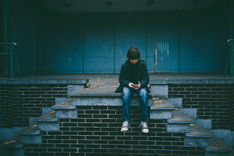 kid alone with smartphone