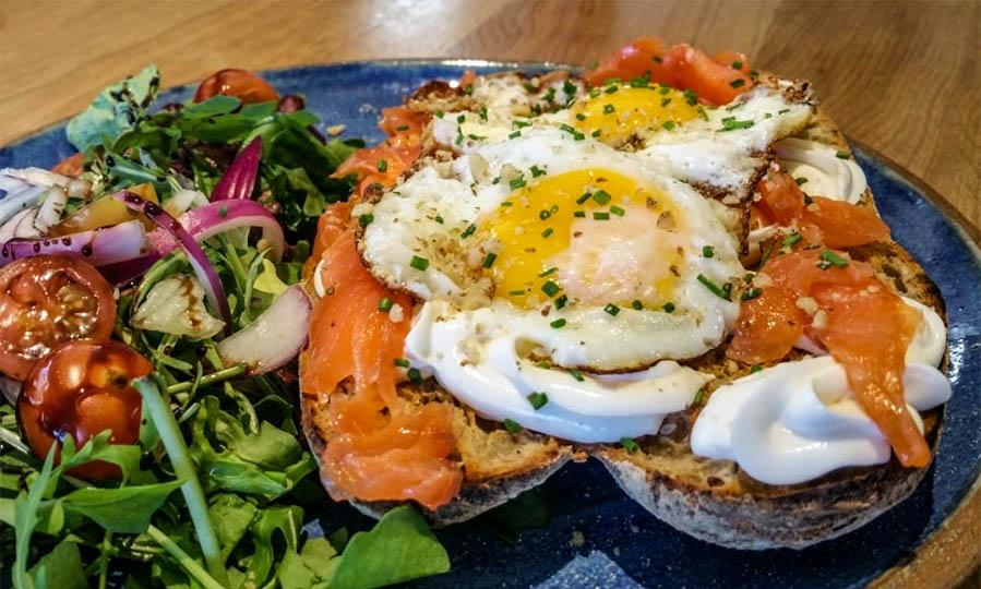 sandwich salmon fried egg