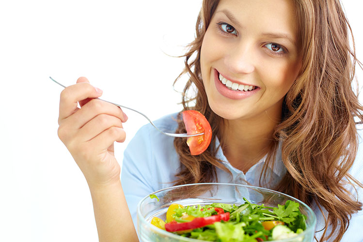 woman eating vegetables salad